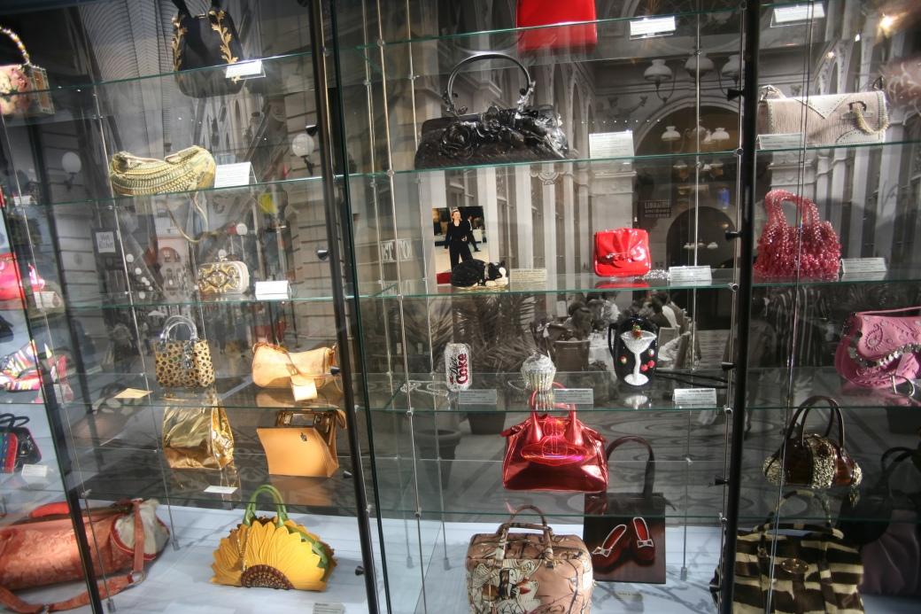bag&purse_museum_by_Burt_Knottenbeld.jpg